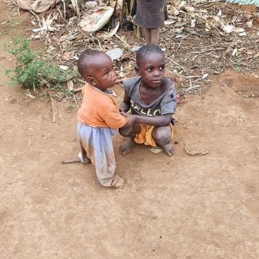Två små barn i Katwadde